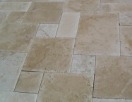 Detallo técnico: LIGHT TRAVERTINE, travertino natural cincelado turco