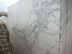 Suministro planchas pulidas 2 cm en mármol natural CALACATTA CARRARA E-O448. Detalle imagen fotografías