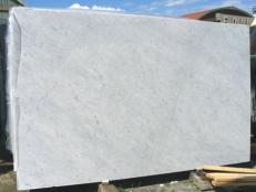 Suministro planchas pulidas 0.8 cm en mármol natural BIANCO CARRARA CD EDM25103. Detalle imagen fotografías