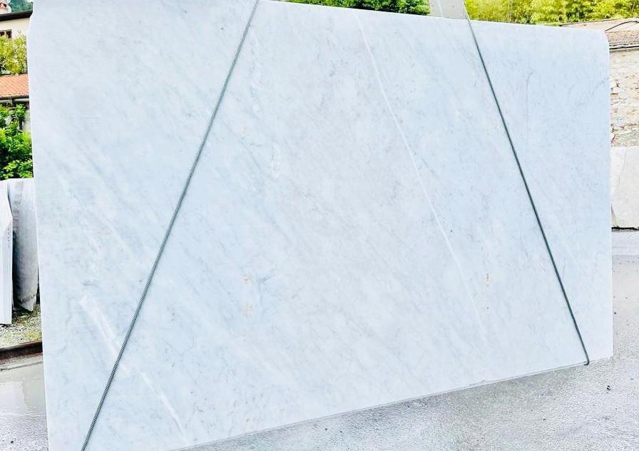 BIANCO CARRARA C Suministro Veneto (Italia) de planchas ásperas en mármol natural D210930 , Bnd09