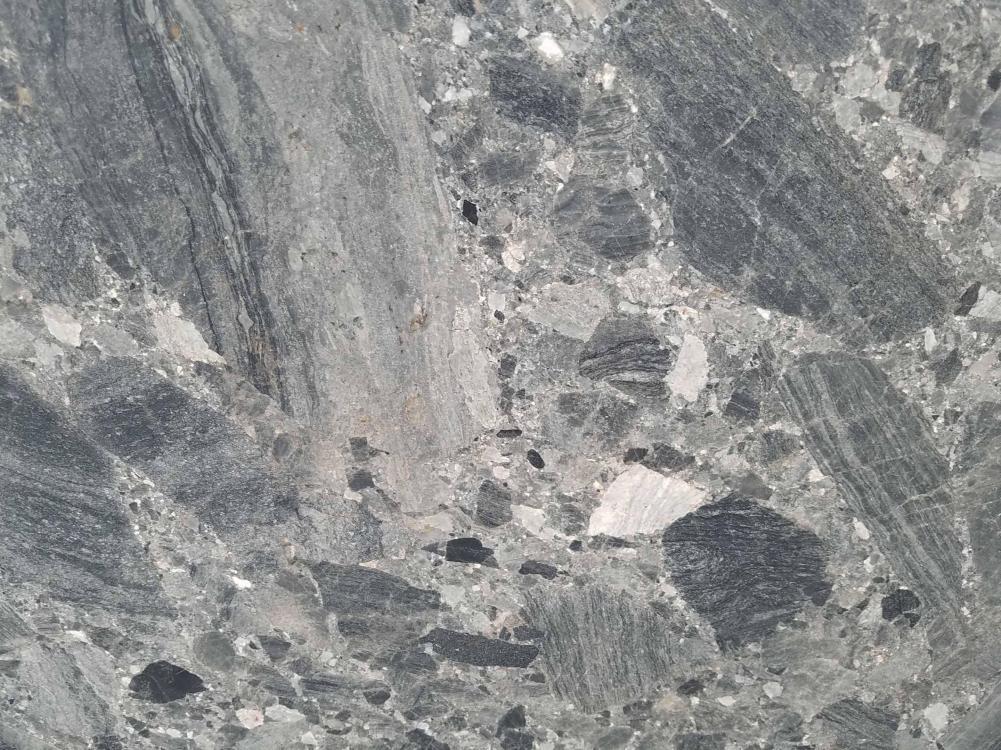 Detallo técnico: CEPPO SCURO, mármol natural mate albanés